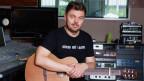 Padi Bernhard mit Gitarre im Studio