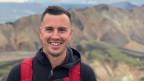 Auf einem Bild sehen wir den Schweizer Auswanderer Stefan Michel auf der Insel Island.