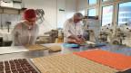 Chef-Konditor Jean-Marc Zickler zeigt SRF1-Foodredaktorin Maja Brunner, wie man Zürcher Läckerli bäckt