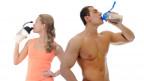 Frau und Mann trinken Proteinshake.