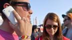Zwei junge Menschen telefonieren und surfen mit dem Smartphone