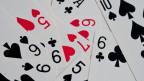 Eine Auswahl von französischen Spielkarten wie Pik-Zehn oder Herz-Fünf.