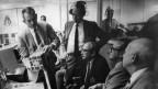 1970 beraten Raumfahrt-Experten der NASA in Houston, wie die Apollo 13 zu retten ist.