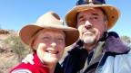 Ursula mit ihrem Mann John Bayliss. Beide tragen einen Rangerhut.