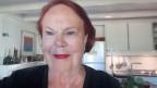 Marie-Madeleine Jakob mit roten Haaren und rotem Lippenstift.
