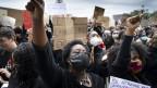 Menschen protestieren gegen Rassismus