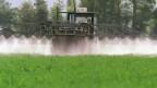 Ein Bauer spritzt ein Feld mit Pflanzenschutzmittel