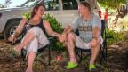 Rolf Steiner sitzt mit seiner Frau Alison auf Campingstühlen.