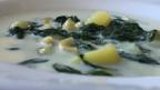 Eine milchige Suppe mit grünen Kräutern, Hörnli und Kartoffeln.