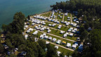 Ein Campingplatz mit vielen Wohnwagen von oben.