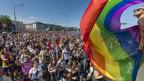 Blick auf eine Menschenmenge an der Pride in Genf