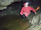 Mit Overall, Helm, Stirnlampe und Gummistiefel in der Höhle.