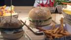 Laut der wahrscheinlichsten Hypothese wurde der Hamburger nach einem traditionellen Imbiss der Hamburg benannt, der «Rundstück warm» heisst.