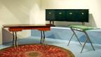 Zwei Tische, ein Sideboard und ein Teppic - alles im Art-déco-Stil