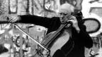 Mistislaw Rostropowitsch spielt Cello.