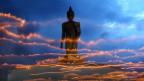 Eine Visakha-Statue scheint durch den Himmel zu schweben.