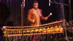 Der ivorische Jazzmusiker Ali Keïta am Balafon