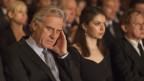 Ein Mann mit geschlossenen Augen im Theatersaal