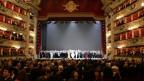 Blick in die Scala, das Ensemble steht auf der Bühne, das Publikum bekundet Beifall