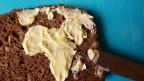 Eine Scheibe Vollkornbrot, grosszügig mit Butter beschmiert