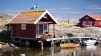 Ein rotes Bootshaus an einem Gewässer