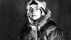 Ein Porträt von Autorin Angela Rohr. Sie trägt einen Pelzmantel.