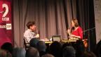 Eine Frau und ein Mann beim Gespräch auf der Bühne