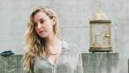 Junge Frau mit blonden langen Haaren