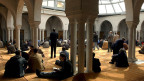 Gläubige in der Moschee sitzen und beten