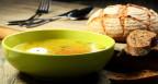 Teller Suppe mit Brot.