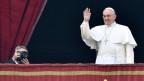 Der Papst Franziskus I auf der vatikanischen Empore.