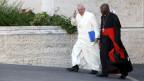 Papst Franziskus winkt, neben ihm Kardinal Philippe Nakellentuba Quédraogo, auf dem Weg zur Familiensynode.
