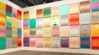 Wand mit farbigen Strichmännchen als Kunstobjekt von Rob Pruitt