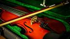 Geige und Bogen.