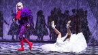 Ein bunt gekleidet und geschminkter Don Giovanni auf dern Opernbühne.