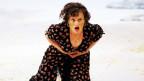 Eine Operndarstellerin auf der Bühne in dramatischer Pose