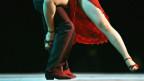 Die Beine eines Paares, welches Tango tanzt.