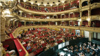 Die Zuschauerränge und der Orchestergraben im Opernhaus in Zürich.