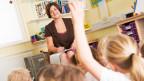 Der Blick über die Köpfe der Schüler zur Lehrerin.