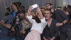 Das spanische Model Eva Gonzalez macht ein Selfie mit Fotografen.