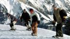 Parat für die Abfahrt: Snowboarder am Maschgenkamm im Skibebiet der Flumserberge.