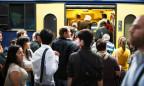 Viele Leute steigen in einen Zug.