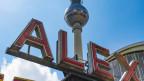«Alex» steht in grossen Leuchtschriftbuchstaben, im Hintergrund der Berliner Fernsehturm