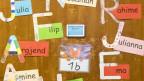Klassentür einer Primarschule ist mit den Vornamen der SchülerInnen beschriftet