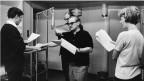 Im Hörspielstudio: Fred Haltiner (Josy Kardaun), Fred Tanner (Hugo Marizzer), Kurt Früh (Regisseur) und Lilian Westphal (Marie-Eve) proben eine Szene (v.l.n.r.).