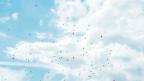 Himmel mit Wolken und Ballonen.