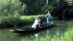 Symbolbild: Brautpaar auf einem Boot in einem Kanal.