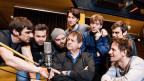 Die sieben Brüder im Hörspielstudio: Aaron Hitz, Michael von Burg, Dani Mangisch, Hanspeter Müller-Drossaart, Joachim Aeschlimann, Flurin Giger, Reto Stalder und Jonas Rüegg.