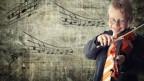 Knabe spielt Geige