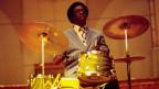 Art Blakey spielt Schlagzeug.